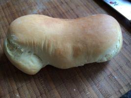 halb schön geformtes Hot Dog-Brötchen