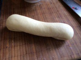 schön geformtes Hot Dog-Brötchen vor dem Backen