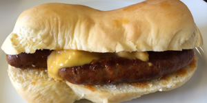 frisches Hot Dog-Brötchen mit Merguez