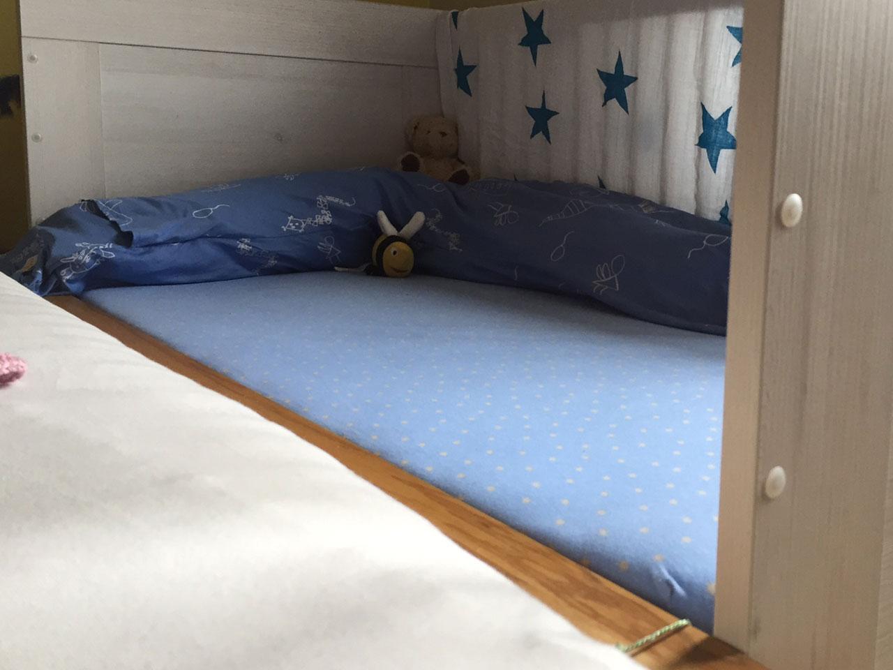 Schritt 3: aufbauen und mit dem Elternbett verbinden (wir haben es lediglich mit zwei Schnüren befestigt)